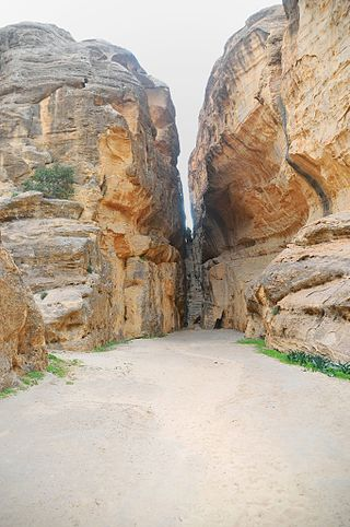 320px-07_Little_Petra_Canyon_Trail_-_Go_through_This_Narrow_Passage_to_Start_the_Trail_-_panoramio